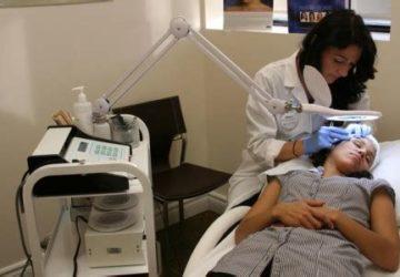 Séance d'électrolyse chez le dermatologue