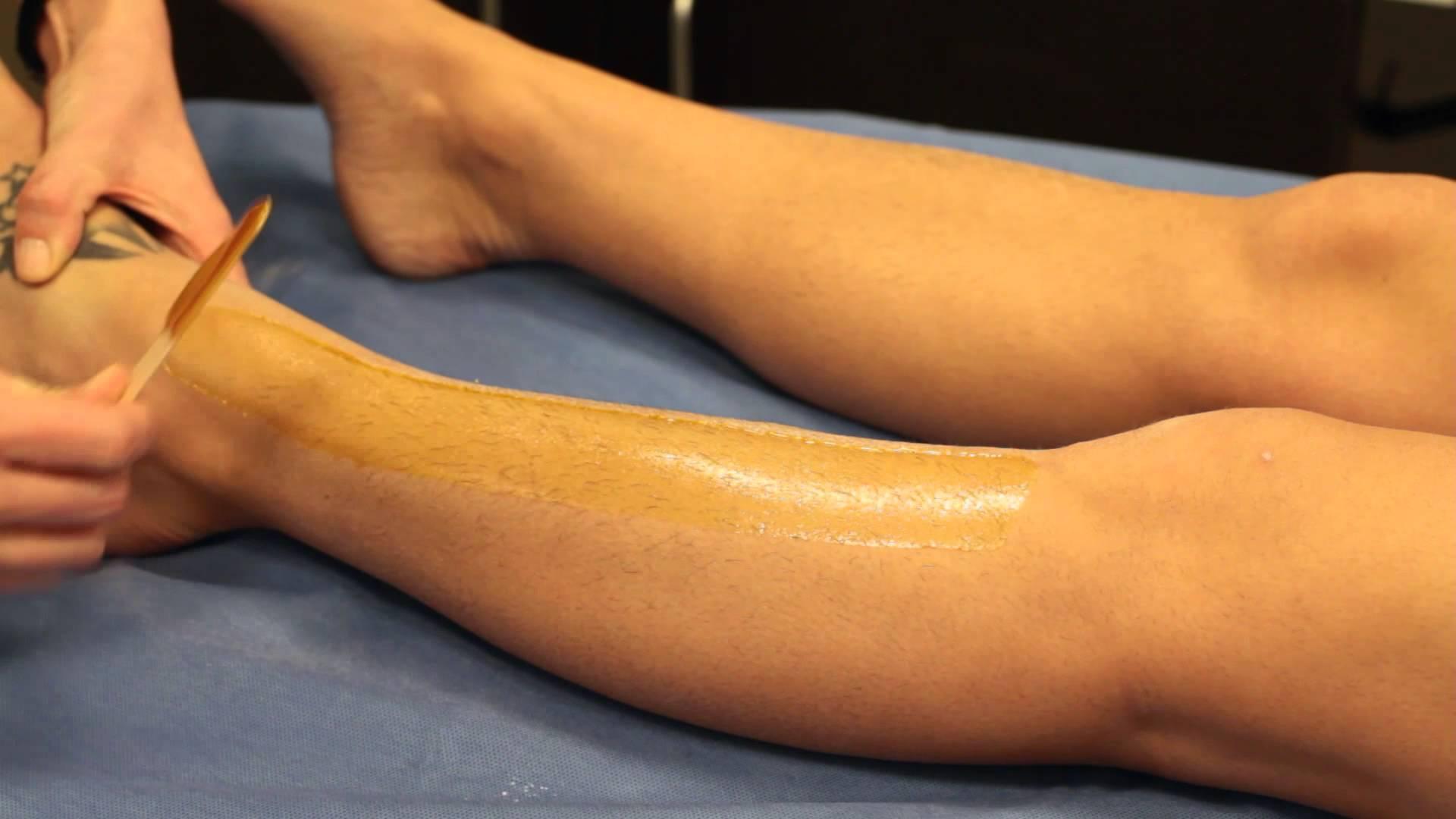 L'épilation des jambes par une esthéticienne